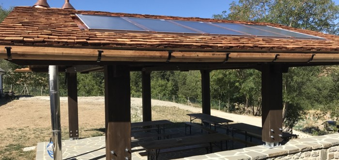 Tetto in scandole di legno e pannelli solari