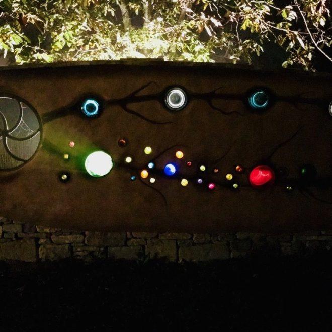 ingresso-muro-colori-notte-1024x768