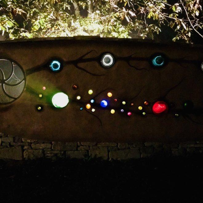 ingresso-muro-colori-notte